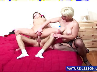 Blonde Milf shows How to do it