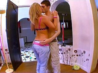 Jeune blonde tres salope baise facile avec le premier venu !!!
