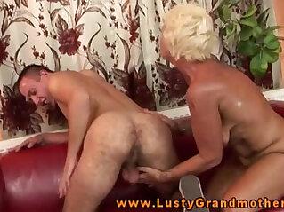 Amateur GILF gets pussypounded